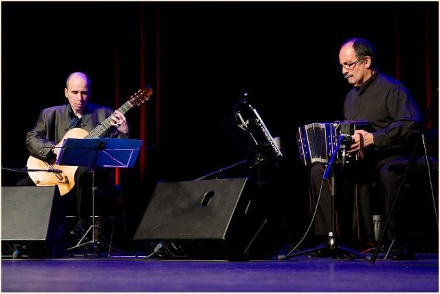 Gitarzysta Carles Pons i bandoneonista Orlando di Bello zagrają  w piątek   w Poznaniu