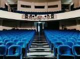 Teatr Dramatyczny w Białymstoku przechodzi remont. Wśród białostoczan furorę zrobiły stare teatralne fotele