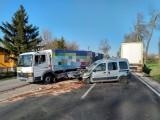 Wypadek w Moskorzewie. Dwie osoby ranne, krajowa trasa była całkowicie zablokowana