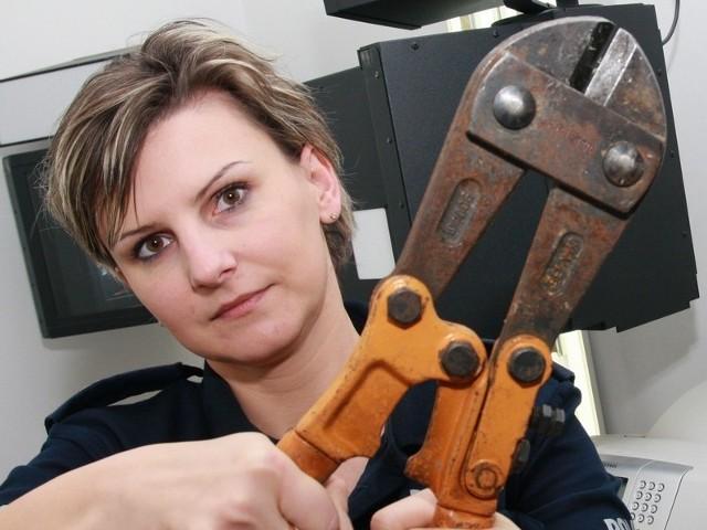 - Za pomocą tych nożyc zatrzymani przez nas mężczyźni wycieli 170 metrów przewodu telefonicznego - mówi st. sierż. Justyna Łętowska z międzyrzeckiej policji.