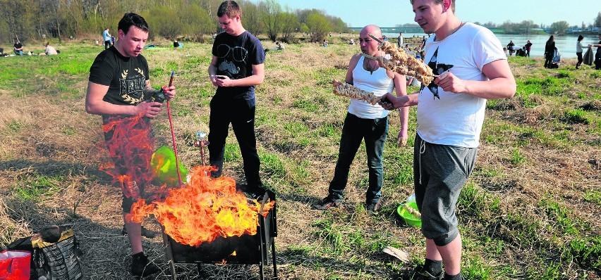 Za grillowanie w miejscu niedozwolonym możemy zostać ukarani...