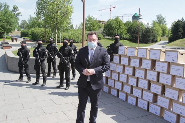Michał Wójcik, wiceminister sprawiedliwości, przekazał w Katowicach maseczki ochronne dla górników oraz ich rodzin. Zobacz kolejne zdjęcia. Przesuwaj zdjęcia w prawo - naciśnij strzałkę lub przycisk NASTĘPNE
