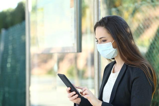 Aplikacja ProteGO Safe ma spowolnić rozprzestrzenianie się koronawirusa, a na zakupach - nieco nagiąć obowiązujący limit osób mogących jednocześnie przebywać w sklepie. Czy jednak jest bezpieczna dla użytkowników?