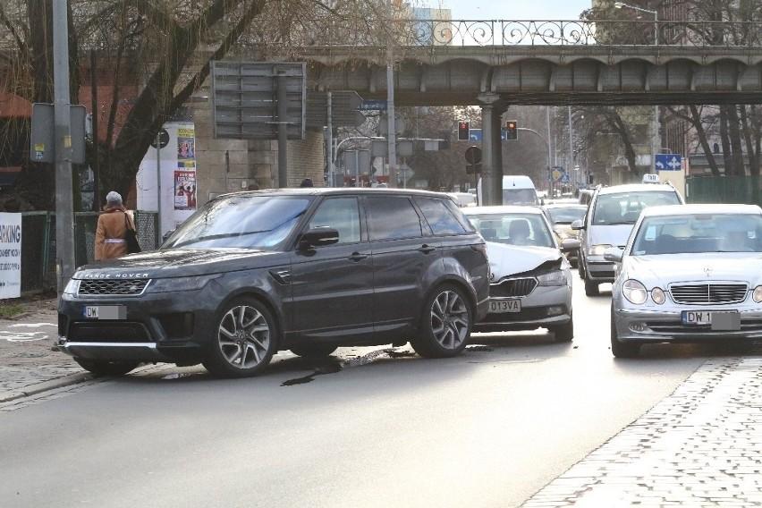 Zderzenie dwóch aut na Zielińskiego, z samochodu wyciekają...