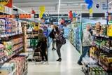 Ci klienci kupują w dyskontach, a ci hipermarketach, supermarketach i małych sklepach. Co ich różni?