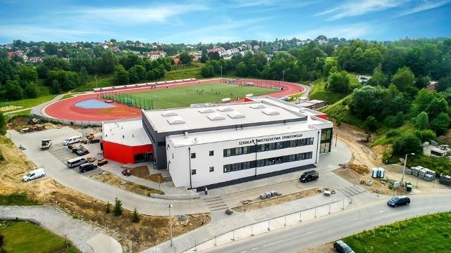 Szkoła podstawowa o profilu sportowym powstała przy Wielickiej Arenie Lekkoatletycznej (ul. Bogucka). Kompleks dla ok. 200 uczniów zostanie otwarty 1 września br.