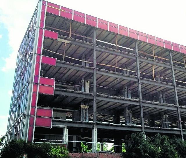 Po dawnej świetności budynku PZU nie ma już śladu. Stare panele elewacji odsłoniły szkielet kilkudziesięcioletniej konstrukcji