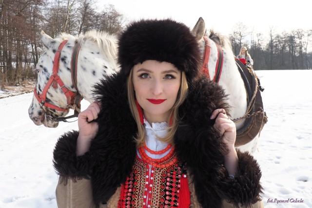 """Stroje ludowe """"od Zielonek"""" prezentowano podczas zimowego pleneru fotograficznego organizowanego przez Izbę Regionalną w Zielonkach"""