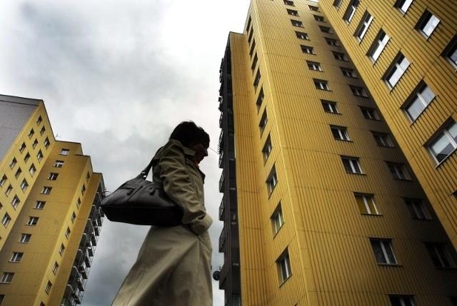 Usuwanie azbestu z budynków w Opolu. Miasto dopłaciNajwięcej azbestu jest na wieżowcach na osiedlu AK w Opolu (dawny ZWM).