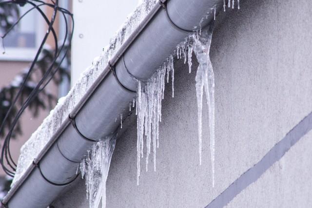 Krystaliczne firany już zaczynają pojawiać się na dachach i rynnach budynków. Spadające kawałki lodu takich rozmiarów są niebezpieczne