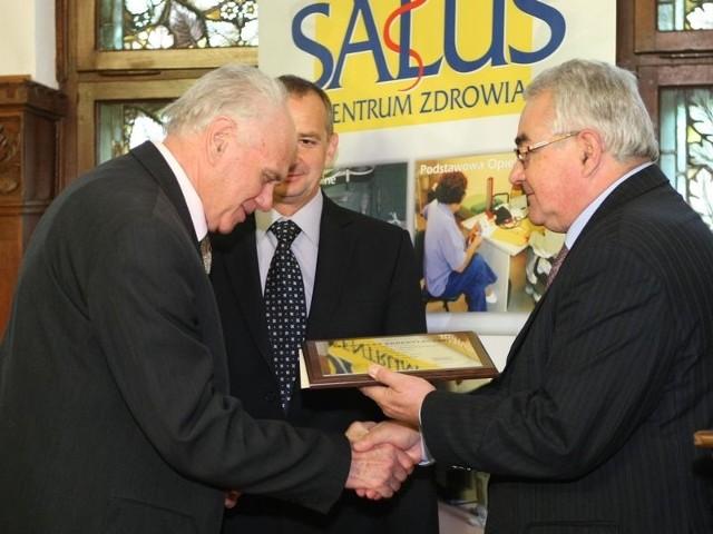 Jerzy Hennig (z prawej) dyrektor Centrum Monitorowania Jakości wręcza certyfikat Jerzemu Turasowi, właścicielowi szpitala Salus.