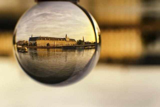 Uniwersytet Wrocławski w w szklanej kuli. W postprodukcji fotografia została odbita w pionie