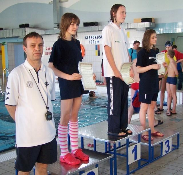 Najlepsze pływaczki na 100 m stylem dowolnym. Od prawej: Zofia Bagińska (Siódemka Sopot), lęborczanka Magdalena Wójcik, Magdalena Pawlikowska (Siódemka) i trener Dariusz Gromulski z Lęborka.