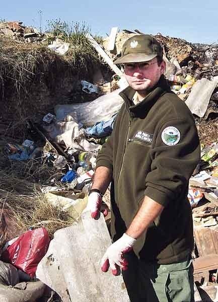 Praca przyrodniczego policjanta to przede wszystkim patrole w terenie. Nz. na pierwszym planie Maciej Sebastianka, z tyłu Michał Ferenc.