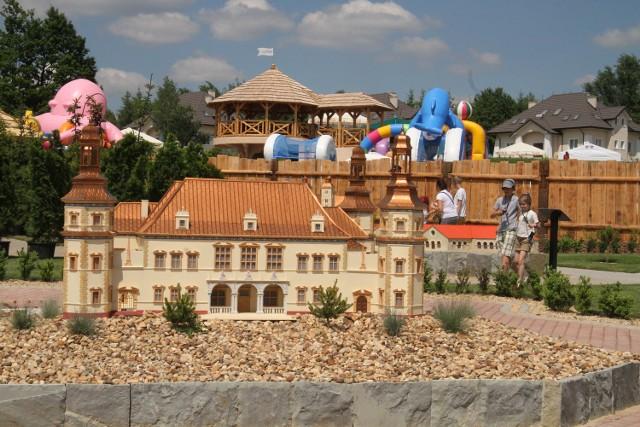 Wśród dwudziestu zabytków w Parku Miniatur znajduje się między innymi makieta jednego z najbardziej rozpoznawalnych budynku w regionie - Pałacu Biskupów Krakowskich w Kielcach.