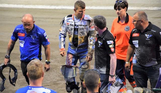 Piotr Pawlicki (Fogo Unia Leszno) schodzi do parkingu po swoim drugim upadku podczas meczu w Grudziądzu