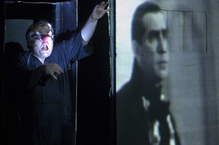 W tej sztuce na teatralną scenę jako aktor wrócił znakomity...