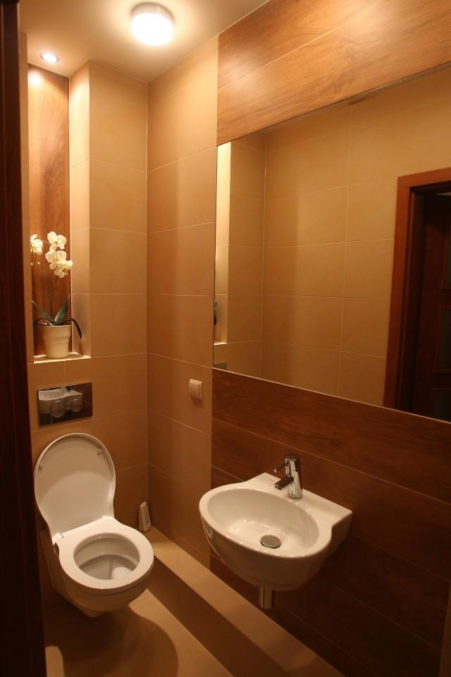 łazienka w kawalerceW małych mieszkaniach łazienki też są małe. Powiększ je zawieszając duże lustro. najlepiej na całą ścianę.