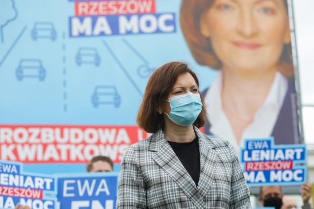 Konferencja Ewy Leniart na ul. Kwiatkwskiego.