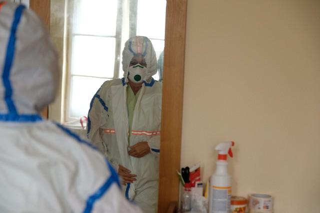 Codzienność oddziału covidowego w szpitalu w Gliwicach. Cieżko chorzy ludzie, a dla pracowników niekończący się wysiłek, ciągła czujność, 24-godzinne poświęcenie.Zobacz kolejne zdjęcia. Przesuwaj zdjęcia w prawo - naciśnij strzałkę lub przycisk NASTĘPNE