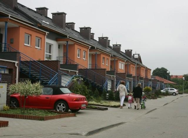 Osiedla Modra, to idealne miejsce do zamieszkania. Ale mimo zaciągnięcia kredytów lokatorzy nie mają żadnych praw do swoich domów. Jeśli w najbliższych tygodniach nie uda się założyć ksiąg wieczystych, banki mogą zrealizować swoje groźby. Podwyższą raty kredytu lub zażądają zwrotu pieniędzy.