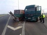 Zderzenie porsche i ciężarówki na obwodnicy Nysy. Kierowcy jadący w stronę Opola kierowani są objazdami