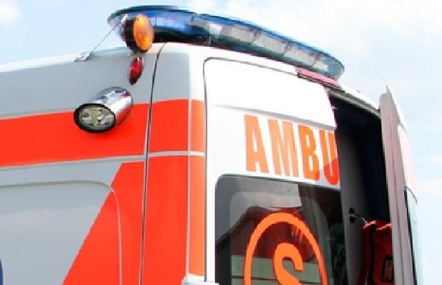 Motocyklista zderzył się z autem osobowym, został przetransportowany do szpitala
