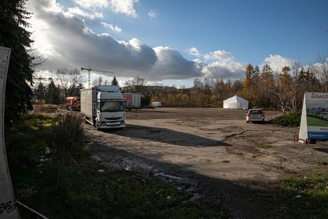Krajobraz po motelu Krak to niezmiennie od kilku lat pusty plac, chaszcze, beton, parkujące auta, dzikie wysypiska i wstawione tu przypadkowe elementy. A w ostatnim czasie stanął tam namiot punktu pobrań, gdzie wykonuje się testy na koronawirusa