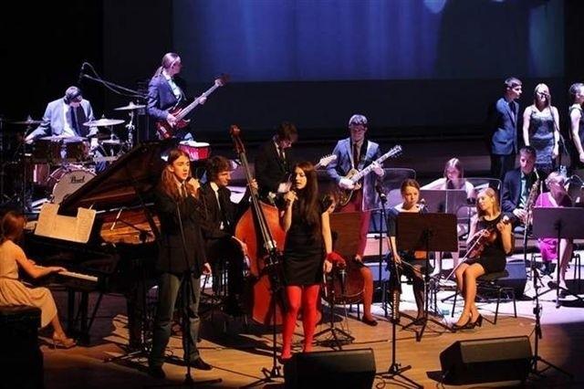"""Koncert """"Dwójka dzieciom"""" w Filharmonii Opolskiej co roku przygotowuje armia ponad stu uczniów II LO. Na scenie pojawia się 30-4- wykonawców - soliści, orkiestra, chórek. Zbierają w ten sposób pieniądze na szlachetny cel - pomagają chorym dzieciom."""