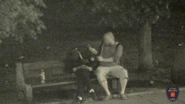 Sporo szczęścia miał zamroczony alkoholem mężczyzna, który uciął sobie drzemkę na ławce przy ul. Sienkiewicza (na tyłach Łódzkiego Domu Kultury). Dzięki czujności operatora monitoringu miejskiego młodzieniec odzyskał swój telefon i dokumenty. Czytaj na kolejnym slajdzie