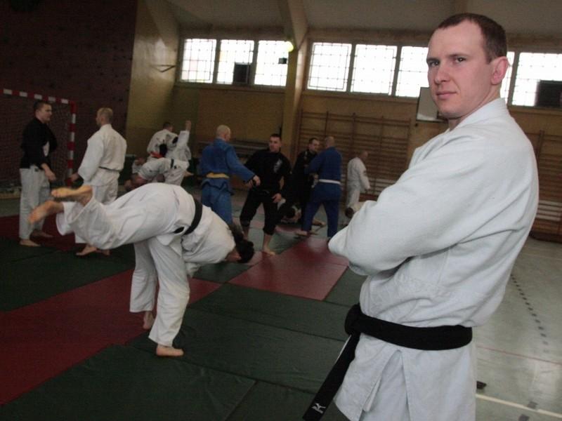 Patryk Janik (na pierwszym planie) jest najlepszym międzyrzeckim judoką. Przed kilkoma dniami obronił tytuł mistrza Wojska Polskiego w kat. do 100 kg.