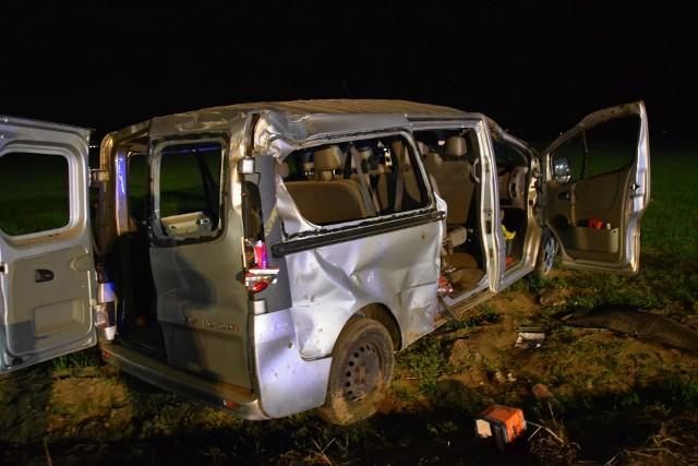 Kierowca busa tłumaczył na miejscu, że samochód niespodziewanie podskoczył i wówczas stracił panowanie nad kierownicą.