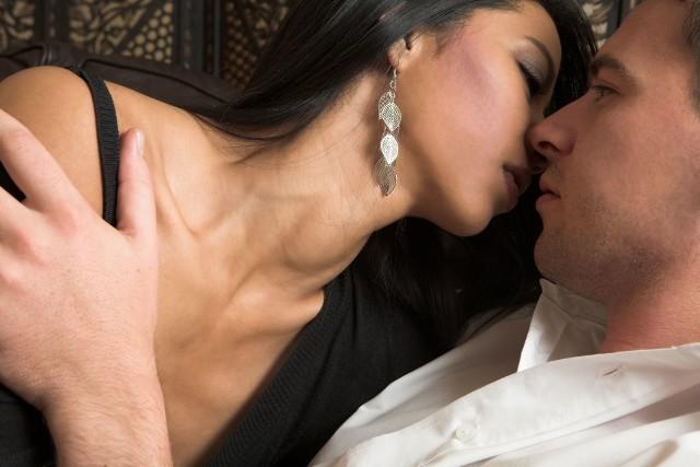 Całować namiętnie, delikatnie czy może agresywnie? Pierwsza zasada brzmi: w tym przypadku to nie dżentelmen wybiera klub, do którego chce należeć. To kobieta wysyła sygnały, a zadaniem faceta jest tylko za nimi podążać. Opłaca się: jej przyjemność, twoja nagroda…Zobacz również WIDEO: Bikini, całusy i bawiący się tłum na karnawale w Rioźródło: RUPTLY/x-news