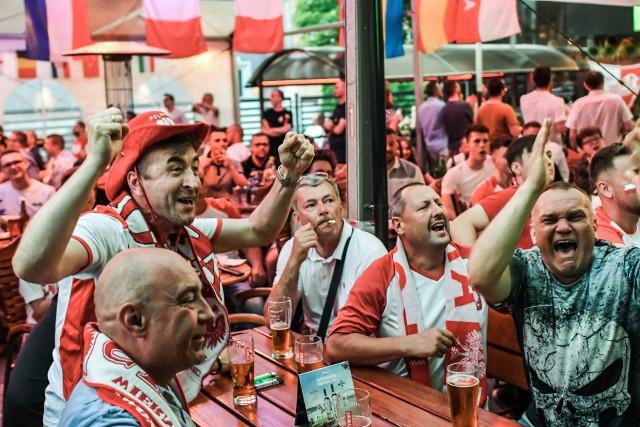 W drugim meczu Euro 2020 Polska zremisował z Hiszpanią 1:1. Do przerwy Biało-Czerwoni przegrywali po golu Alvaro Moraty. W drugiej połowie wyrównał Robert Lewandowski. Hiszpanie zmarnowali rzut karny, bo Gerard Moreno kopnął w słupek. O awansie zdecyduje środowy mecz ze Szwecją. Aby zagrać w fazie pucharowej musimy wygrać!Aby obejrzeć zdjęcia kibiców prosimy przesuwać palcem po ekranie smartfonu lub strzałkami w komputerze>>>