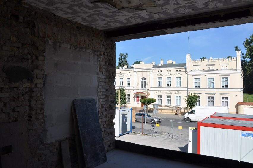 Budowlańcy z firmy Bydgosta, która wygrała przetarg na realizację przedsięwzięcia, pracują w Szubińskim Domu Kultury od zimy.  Co kilka tygodni od pracowników SzDK otrzymujemy relację z przebiegu robót. Ostatnio przed budynkiem pojawiła się kilkumetrowa wyrwa. To przygotowania do wysunięcia SzDK bliżej ul. Kcyńskiej.  Wylano też fundamenty pod nowe ściany. - Wewnątrz murów także sporo zmian - relacjonuje Paweł Pietroń, instruktor domu kultury. - Położono  rury kanalizacyjne. Na wyższej kondygnacji montowane są belki konstrukcyjne i otwory okienne. Najwięcej zmian widocznych jest w dobudowanej części od ul. Winnica. Zalano tam już posadzki, pojawiły się pierwsze instalacje elektryczne - informuje pracownik SzDK. Inwestycja miała zakończyć się w grudniu br., prawdopodobnie jednak finisz będzie nieco później.