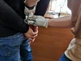 Białystok. Napastnik zaatakował narzędziem mężczyznę. Ukrywał się przed policją w szafie (zdjęcia)