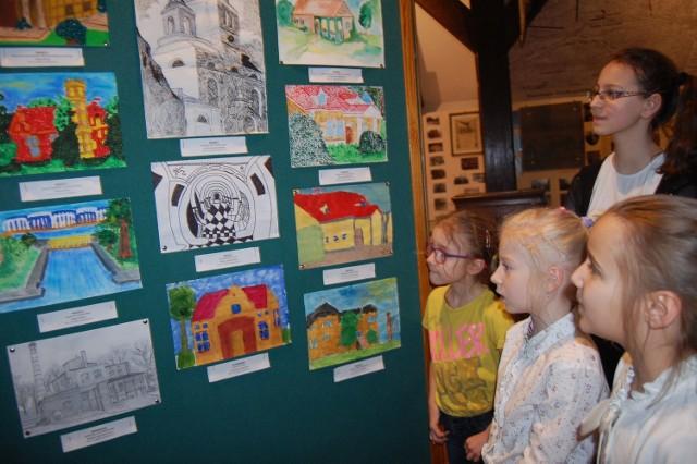 W muzeum przygotowano wystawę konkursowych prac. Ogłoszono też wyniki plastycznej rywalizacji i wręczono nagrody laureatom. To przedszkolaki i uczniowie szkół podstawowych