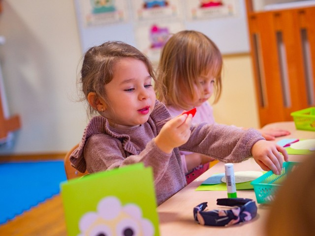 Przedszkolaki z Włocławka przygotowały niespodziankę dla podopiecznych Domu Pomocy Społecznej. Własnoręcznie stworzyły kartki z życzeniami