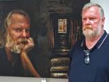 Adam Ślefarski i jego obrazy w Marchandzie. Wystawę można oglądać do 5 czerwca