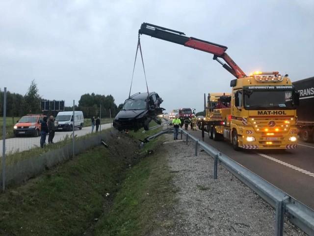 Na obwodnicy Radomia doszło do wypadku, w wyniku którego zginął 49-letni mężczyzna, a pasażerkę pojazdu przewieziono do szpitala.