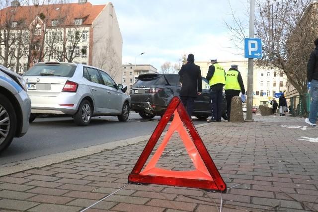 Zderzenie dwóch aut na Zielińskiego, z samochodu wyciekają płyny eksploatacyjne
