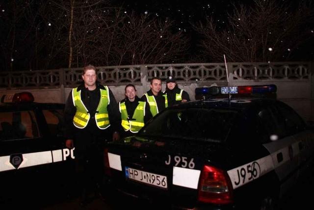 Policja. Z wizytą w I Komisariacie Policji w Opolu.Policjanci w przeciwienstwie do strazaków, którzy mogą sobie pozwolic na wigilie w rodzinnej atmosferze, spedzają ten świąteczny wieczór pelniąc tylko i wylącznie swoje obowiązki. Dbają o nasze bezpieczenstwo, lad i porządek w mieście.