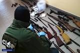 Oferowali karabiny, strzelby, pistolety i naboje. Policja rozbiła gang handlarzy bronią [zdjęcia, wideo]