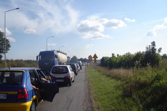 Dziś po południu w korku stało kilkadziesiąt samochodów.