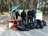 """Bydgoscy strażnicy miejscy pomogli sprzątać miasto w ramach akcji """"Czysta Puszcza Bydgoska"""" [zdjęcia]"""
