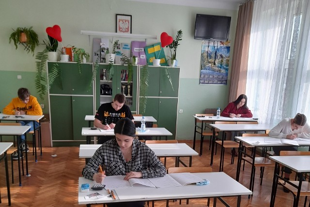W czwartek, 4 marca rozpoczął się drugi dzień próbnych matur 2021. Tym razem uczniowie mierzyli się z królową nauk - matematyką.  W Zespole Szkół w Połańcu do tego ważnego testu podeszło 57 uczniów. Pisali go podzieleni na nieliczne grupy.Więcej zdjęć z próbnej matury w Połańcu na kolejnych slajdach>>>