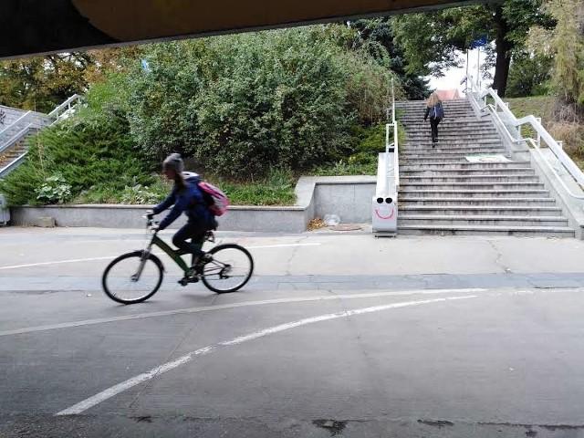 Chwila nieuwagi dla wielu rowerzystów jadących pod pl. Społecznym skończyła się bolesnym upadkiem. Przyczyną jest kamienna, wyszlifowana posadzka ułożona na łuku drogi rowerowej. Urząd o niebezpiecznym fragmencie trasy wie, ale nie ma planów jej przebudowy