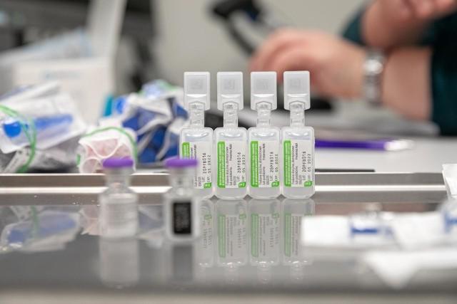 Koronawirus: już ponad 300 tysięcy zaszczepionych osób. Dzisiaj kolejny dobowy rekord liczby szczepień - 57 218 pacjentów