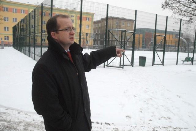 - Nowe boisko z syntetyczną nawierzchnią nie nadaje się do utworzenia lodowiska - mówi Janusz Kitajgordzki, dyrektor VII LO