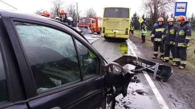 W środę po godz. 15 na drodze krajowej nr 25 na wysokości wsi Piątek Mały i Piątek Wielki w powiecie kaliskim doszło do wypadku. Zderzył się tam samochód osobowy z autobusem. Ranna została jedna osoba - kierowca osobówki. Prowadzony przez niego samochód uderzył w tył autobusu należącego do prywatnego przewoźnika. Zobacz więcej zdjęć ------>